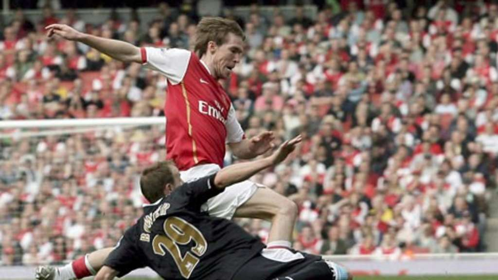 Aliaksandr Hleb wird von Lee Bowyer (West Ham United) attackiert.