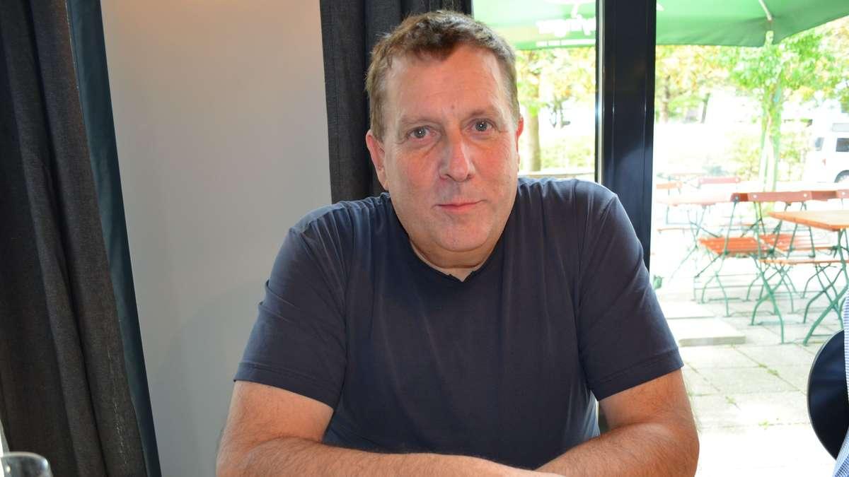 Leiter des Taufkirchner Kulturzentrums spricht   Hallo Verlag