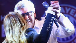 Video: Ancelotti bittet Anastacia zum Tanz - wilde Bayern-Party