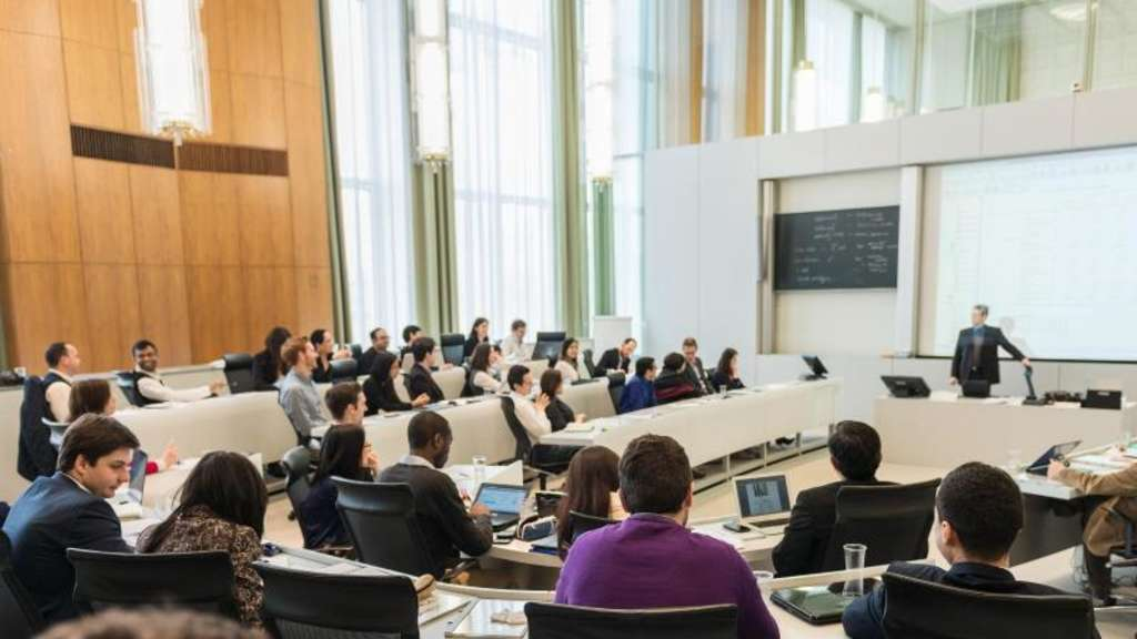 An immer mehr deutschen Unis gibt es Lehrveranstaltungen oder ganze Studiengänge auf Englisch - so wie hier an der European School of Management and Technology (ESMT) in Berlin. Foto: ESMT Berlin/dpa