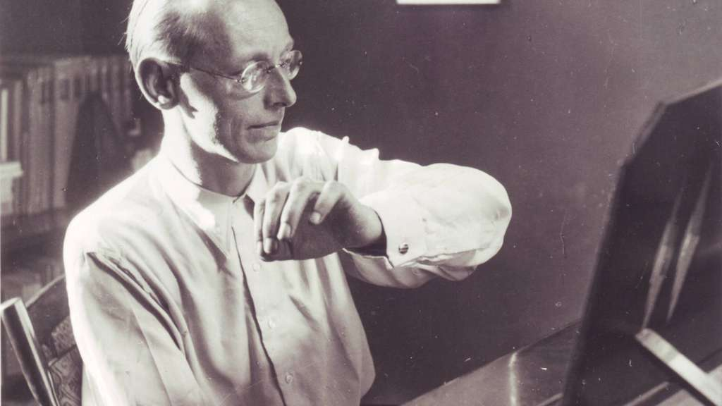 Carl Orff am Klavier.