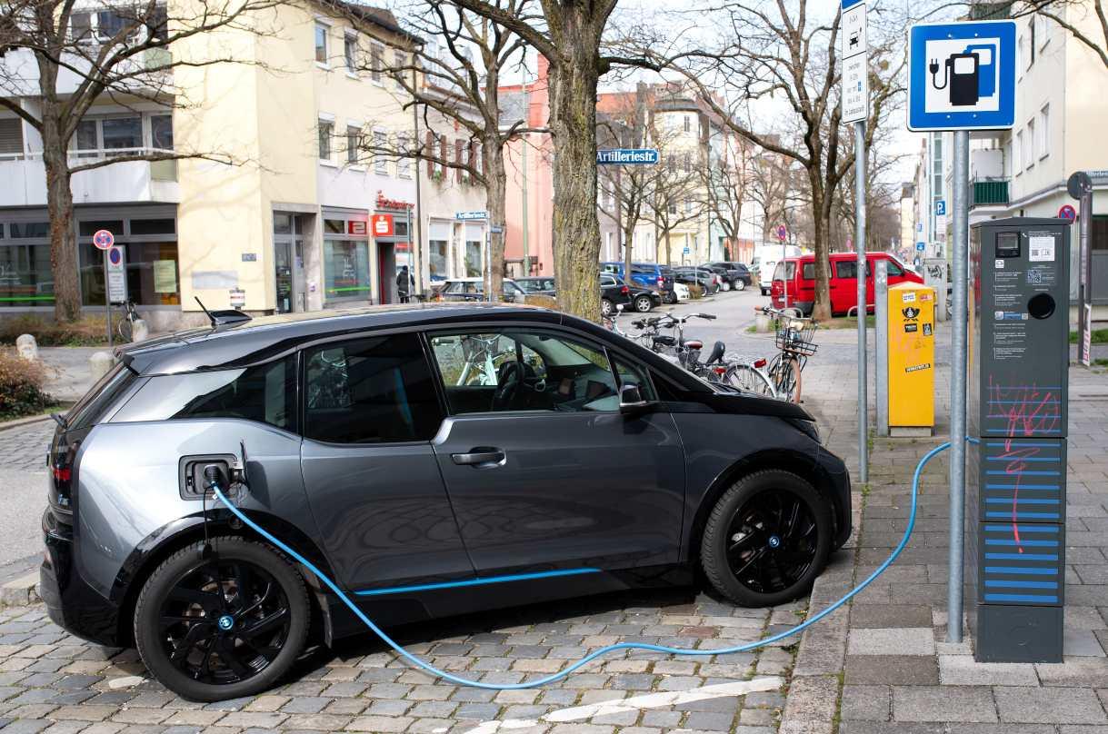 braune und runde schwarze beute auto waschen